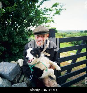 HIRTE MIT SEINEM BORDER COLLIE SCHÄFERHUND CONNEMARA COUNTY GALWAY IRLAND - Stockfoto
