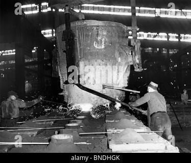 Gießerei-Arbeitnehmer, die in einer Stahlgießerei - Stockfoto