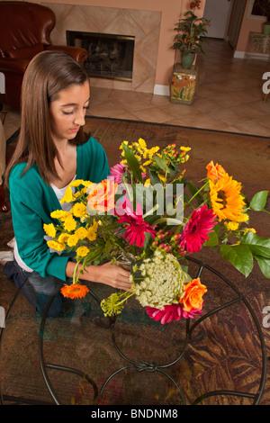 13 Jahre altes Mädchen arrangieren von Blumen zu Hause. Herr © Myrleen Pearson - Stockfoto