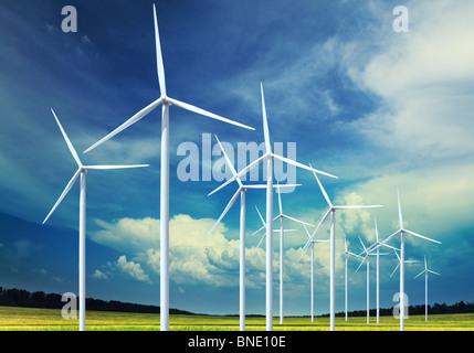 Schöne grüne Wiese mit Windkraftanlagen zur Stromerzeugung - Stockfoto