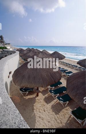 Palapas mit Liegestühlen am Strand, Riviera Maya, Cancun, Quintana Roo, Mexiko - Stockfoto