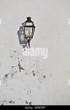 Schwarz Metall-Laterne mit einem starken Schatten befindet sich in einem mittelalterlichen Dorf in Europa - Stockfoto