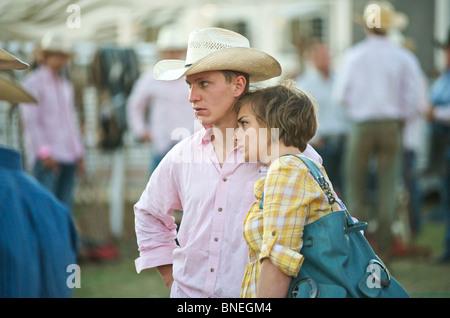 Cowboy mit seiner Frau backstage bei PRCA Rodeo Veranstaltung in Bridgeport Texas, USA - Stockfoto