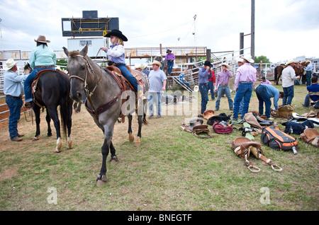 Cowgirl Reiten Pferd backstage bei PRCA Rodeo Event in Smalltown Bridgeport, Texas, USA - Stockfoto