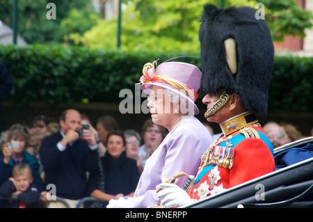 Königin Elizabeth II und HRH The Duke of Edinburgh in ihren Wagen auf der Mall während Trooping die Farbe 2010 London UK