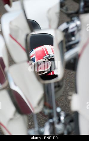 Union Jack Helm spiegelt sich in den Spiegel auf einer Lambretta Roller - Stockfoto