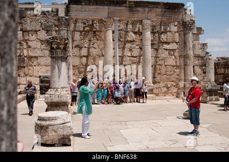 Touristen an der alten Synagoge in Capernaum Israel - Stockfoto