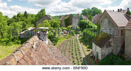 Blick von der Dachterrasse ein kleines Bauernhaus in einem französischen Dorf. Les Verrines, La Creuse, Limousin, - Stockfoto