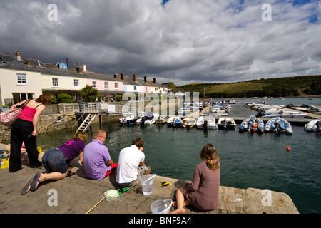 Touristen auf einem Dock in Salcombe, South Hams, Devon Verdrehungen. - Stockfoto