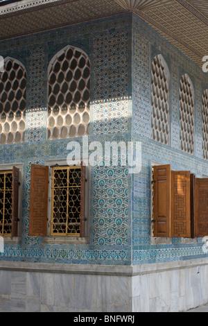 """Komplexe Designs """"Iznik"""" Fliesen an den Außenwänden auf den Innenhof des Favoriten im Topkapi Palast in Istanbul - Stockfoto"""