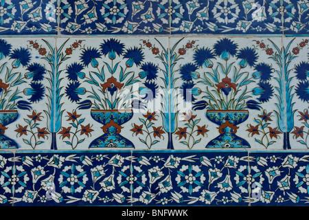 Nahaufnahme von der blauen und weißen Iznik Fliesen an den Außenwänden auf den Innenhof des Favoriten in der Topkapi - Stockfoto