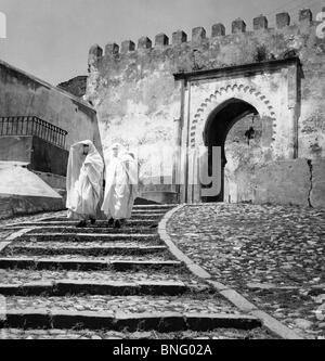 Tanger, Marokko, zwei Frauen tragen traditionellen Kleidung, die Treppe hinunter - Stockfoto