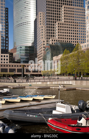 Welt Financial Center Plaza, North Cove Yacht-Hafen auf dem Hudson River, New York - Stockfoto