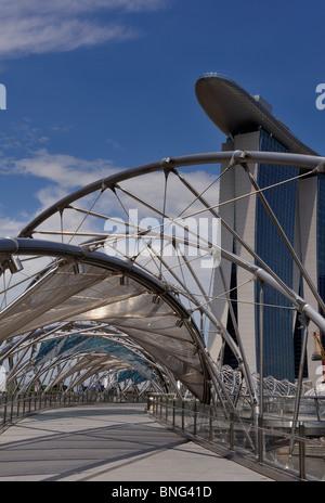 Marina Bay Sands, Singapur betrachtet durch die Helix-Brücke - Stockfoto