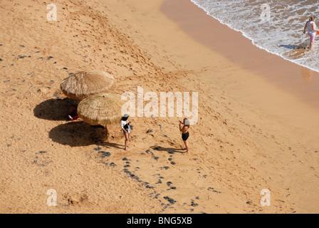 Zwei Frauen am Strand fotografieren einander, Liquillo, Puerto Rico - Stockfoto