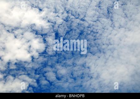 Weiße Wolkenmuster gegen blauen Himmel - Stockfoto