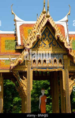 Thai Pavillon mit Statue von Buddha im Westpark, München - Stockfoto