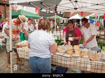 Menschen kaufen Käse bei der Cheese stall, der französische Bauernmarkt in das Dorf Elham in der Nähe von Folkestone, - Stockfoto