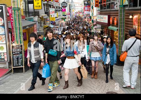 Junge Käufer auf Takeshita Dori in Harajuku, Tokyo, Japan - Stockfoto