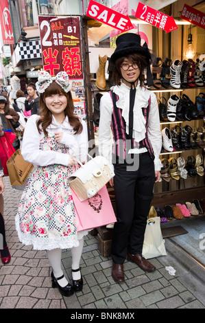 Jugendliche, die Cosplay Kleidung auf Takeshita Dori in Harajuku, Tokyo, Japan - Stockfoto
