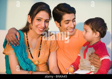 Paar lächelnd mit ihrem Sohn - Stockfoto