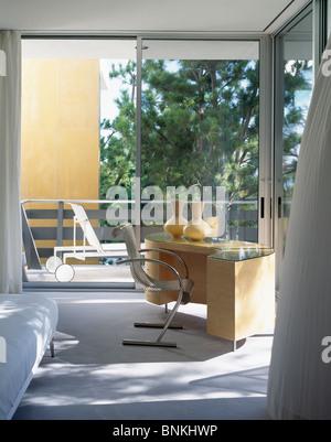 Mitte Des Jahrhunderts Modernen Schreibtisch Und Stuhl In Modernen  Schlafzimmer Mit Glastüren   Stockfoto