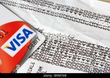 Supermarkt bis Quittung Elemente und Visa-Debitkarte - Stockfoto