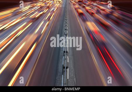 Nacht-Zeit-Verkehr auf der Autobahn in der Stadt Kiew - Stockfoto