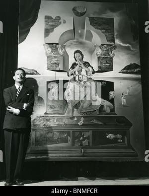 Spanische Künstler SALVADOR DALI (1984-89) mit seinem Madonna Malerei, wofür seine Frau Gala He Modell war, Stockfoto