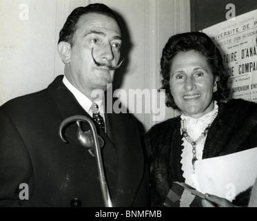 Spanische Künstler SALVADOR DALI (1984-89) mit Frau Gala an der Sorbonne in Paris Stockfoto
