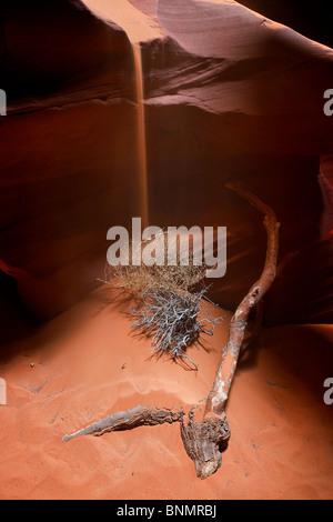 Schmirgeln Sie Regen auf Tumbleweed und Niederlassung in Upper Antelope Canyon, Page, Arizona, USA. - Stockfoto