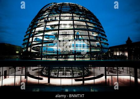 Zeigen Sie am Abend Abendlicht Architekturgebäude Beleuchtung Untersuchung Berlin Inspektion Besucher Bundestag - Stockfoto