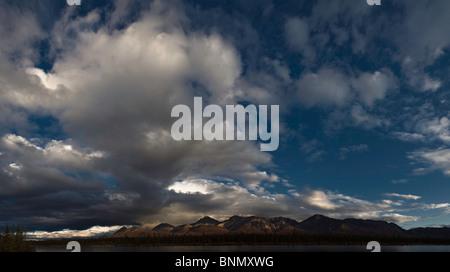 Wolken vor blauem Himmel über die Alaska Range zu sammeln, wie aus dem Denali Highway, Alaska - Stockfoto