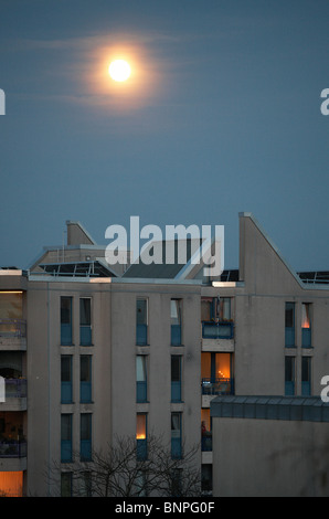 Der Mond in einem Mehrfamilienhaus in Tempelhof, Berlin, Deutschland - Stockfoto