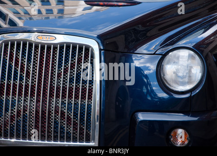 Blacl Taxi Cab Closeup mit Union flag in den Grill. London. England. - Stockfoto