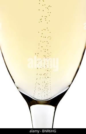 Nahaufnahme von steigenden Luftblasen in einem Sektglas (isoliert auf weißem Hintergrund)