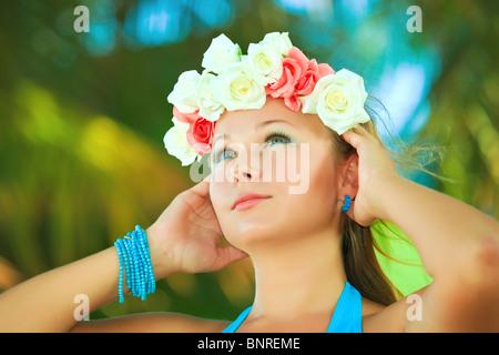 Porträt einer jungen schönen Frau im Kranz - Stockfoto