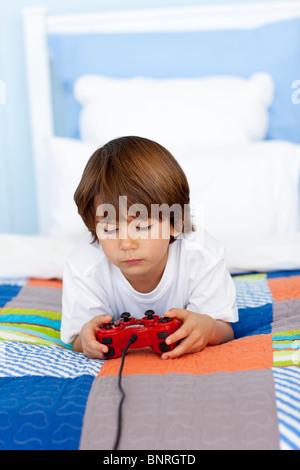 Jungen, spielt Videospiele in seinem Schlafzimmer - Stockfoto