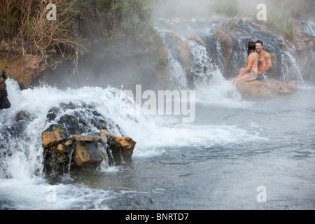 Ein verheiratetes Paar genießt natürlichen heißen Quellen in Montana.