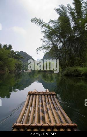 Floß auf dem Lijiang-Fluss - Stockfoto