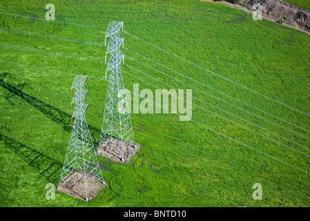 Luftaufnahme über elektrische Hochspannungsleitungen Türme Sonoma county, California - Stockfoto