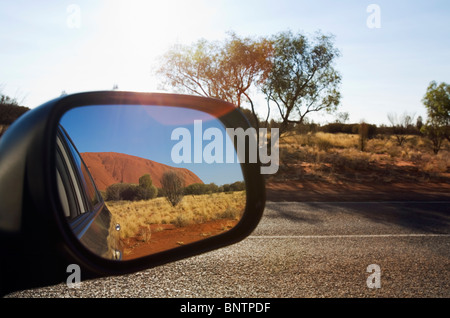 Uluru (Ayers Rock) im Spiegel Sicht nach hinten. Uluru-Kata Tjuta National Park, Northern Territory, Australien. - Stockfoto