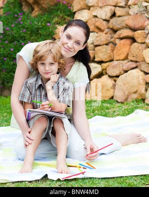 Mutter und Sohn, die Zeichnung in einem park - Stockfoto