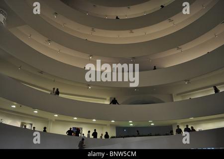 Innenansicht auf einem anstrengenden Tag des Solomon R. Guggenheim Museum entworfen von Frank Lloyd Wright - Stockfoto