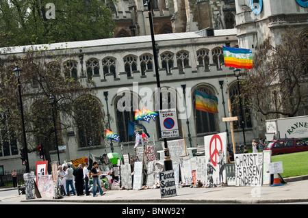Die Anti-Kriegs-Demonstranten Brian Haw weiterhin seine rund um die Uhr Vigil außerhalb des Parlaments - Stockfoto