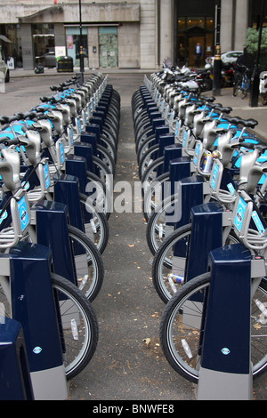 Transport für London (TFL) & Barclays cycle Hire, Soho Square, London, England, Vereinigtes Königreich - Stockfoto