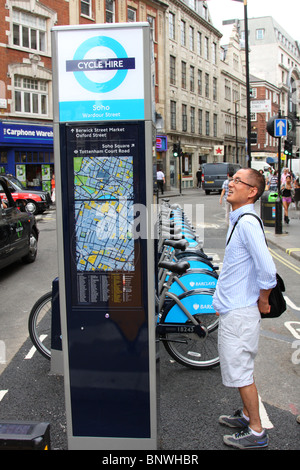 Transport für London (TFL) & Barclays Cycle hire, Wardour Street, Soho, London, England, U.K - Stockfoto