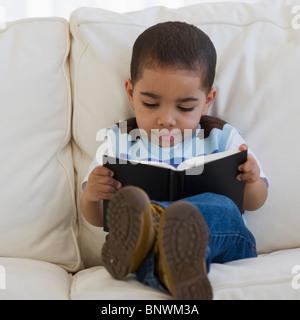 Kleines Kind betrachtet ein Buch - Stockfoto