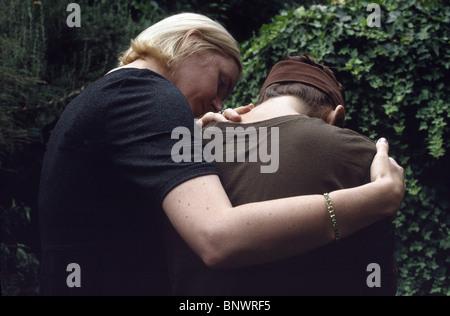 Eine Frau eine andere Frau zu trösten - Stockfoto