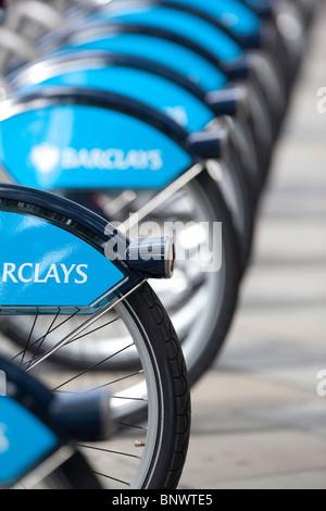 Bild zeigt Fahrradräder aufgereiht auf einer London Cycle Hire im Londoner West End stehen. Foto: Jeff Gilbert - Stockfoto